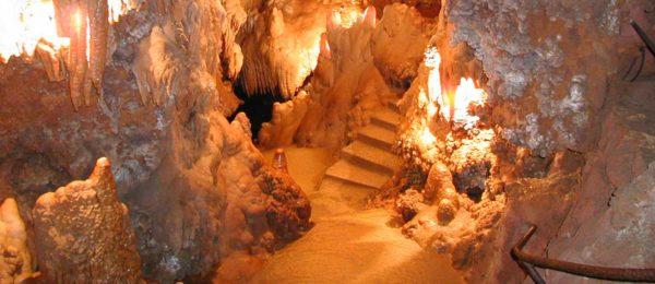 L'intérieur de la Grotte de Saint Cezaire