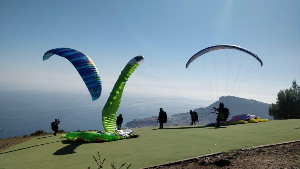Amusement sur l'un des plus beaux sites côtiers de parapente en Europe