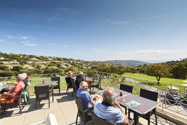 Une terrasse dominant le golf.