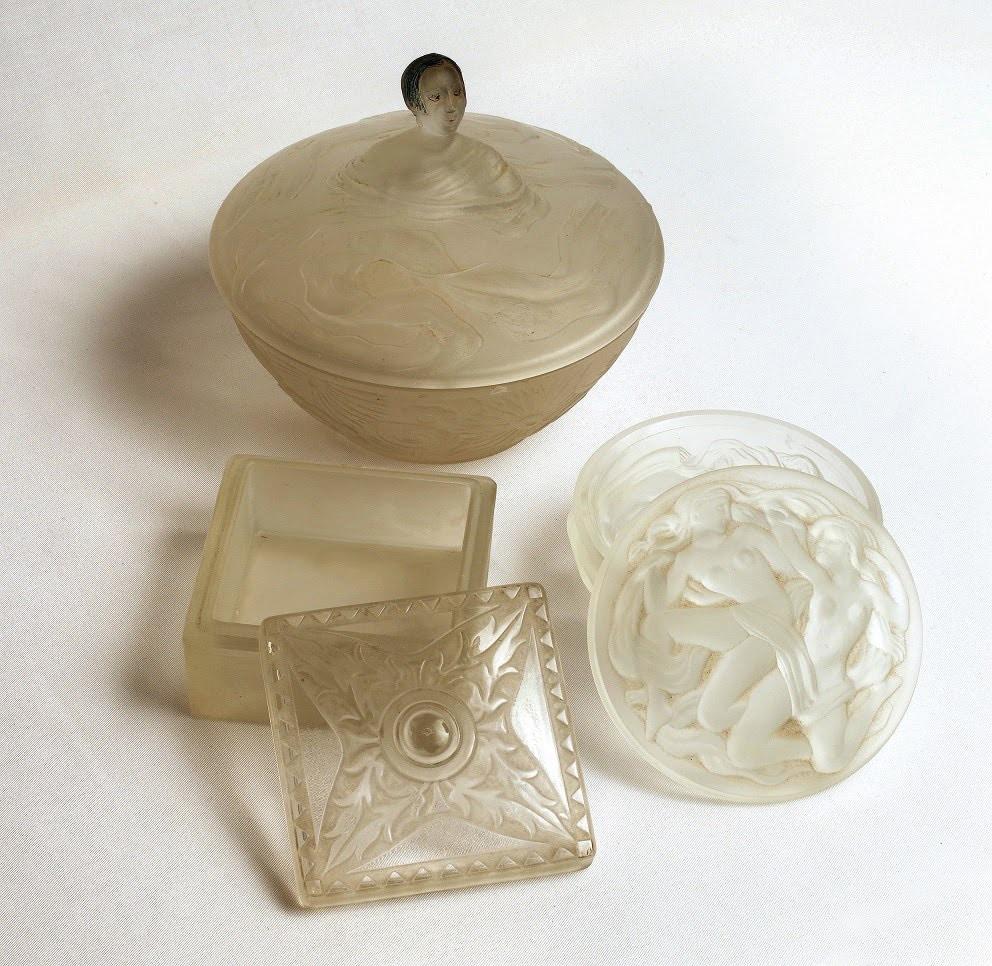 Pulverlådor i glas, Mauriel, Viard, Hoffmann. Skönhetspulver och dess fall