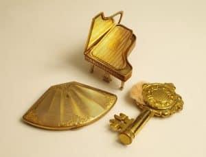 Tre pulvertidningar i form av föremål, La poudre de beauté och dess fall
